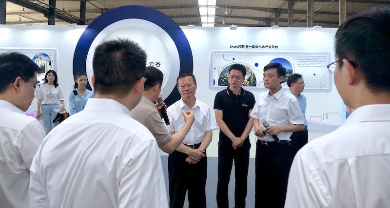 向文波总裁向胡忠雄市长介绍数字液压技术