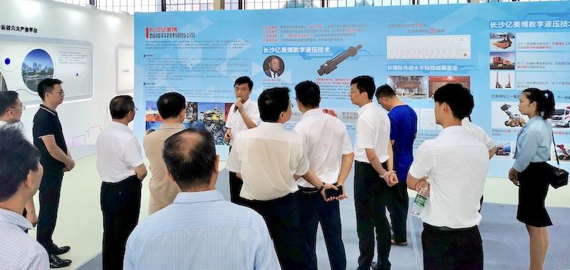 杨涛向长沙市长介绍数字液压